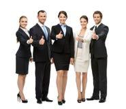 Retrato completo do manuseio acima do grupo de executivos imagem de stock