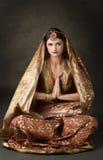 Retrato con el traje indio tradicional imagenes de archivo