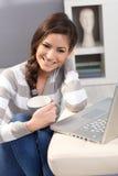 Retrato con la taza y el ordenador portátil del té Imagenes de archivo