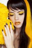Retrato con maquillaje colorido, pelo largo, polis de la muchacha de la belleza del clavo Imágenes de archivo libres de regalías