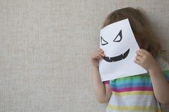 Retrato conceptual Criança pequena que veste uma máscara do Dia das Bruxas Fotografia de Stock