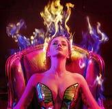 Retrato conceptual de una mujer con corte de pelo de la llama foto de archivo