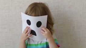 Retrato conceptual Pequeño niño que lleva una máscara smiley metrajes