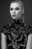 Retrato confiado de la mujer en traje negro imagenes de archivo