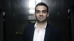 Retrato confiado sonriente hermoso del hombre de negocios metrajes