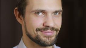 Retrato considerável do homem do modelo de forma com olhos verdes e o ascendente próximo do sorriso beard video estoque