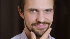 Retrato considerável do homem do modelo de forma com olhos verdes e o ascendente próximo do sorriso beard filme