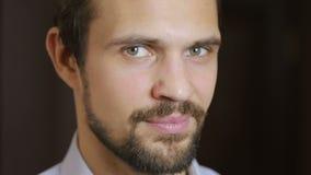 Retrato considerável do homem do modelo de forma com olhos verdes e o ascendente próximo do sorriso beard vídeos de arquivo