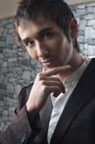 Retrato considerável do homem novo no terno preto Imagens de Stock Royalty Free
