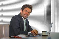 Retrato corporativo de la compañía de la forma de vida del trabajo feliz y acertado joven del hombre de negocios relajado en la o imágenes de archivo libres de regalías
