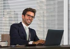 Retrato corporativo de la compañía de la forma de vida del trabajo feliz y acertado joven del hombre de negocios relajado en la o fotos de archivo