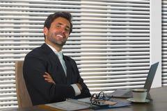 Retrato corporativo de la compañía de la forma de vida del trabajo feliz y acertado joven del hombre de negocios relajado en la o fotos de archivo libres de regalías