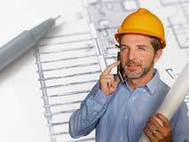 Retrato corporativo del hombre atractivo y feliz joven o del arquitecto del ingeniero industrial en casco del constructor de la s imagenes de archivo