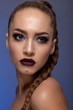 Retrato creativo de un adolescente en un fondo azul Imagen de archivo