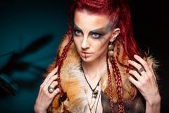 Retrato creativo de una muchacha con un color que pone en contraste fotografía de archivo libre de regalías
