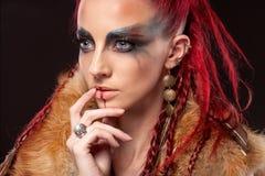 Retrato creativo de una muchacha con un color que pone en contraste fotos de archivo