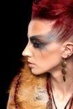 Retrato creativo de una muchacha con un color que pone en contraste foto de archivo