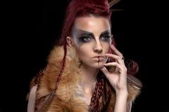 Retrato creativo de una muchacha con un color que pone en contraste y una oscuridad fotografía de archivo