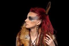 Retrato creativo de una muchacha con un color que pone en contraste y una oscuridad imagen de archivo libre de regalías