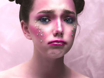Retrato creativo de una muchacha gritadora con un color que pone en contraste y rasgones brillantes fotografía de archivo libre de regalías