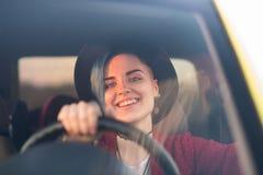 Retrato creativo en coche Imagenes de archivo