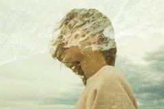 Retrato criativo misturado da mulher e do mar imagem de stock