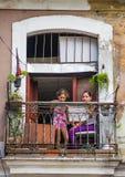 Retrato cubano pobre de la captura de la madre y del niño en callejón colorido tradicional con la casa colonial vieja, en La Haba fotos de archivo