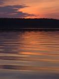 Retrato da abstracção: ondas no lago no por do sol Imagem de Stock