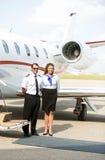 Retrato da aeromoça de bordo e do piloto Standing Against Fotografia de Stock Royalty Free