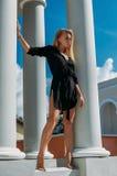 Retrato da alta-costura da mulher elegante no vestido preto exterior foto de stock