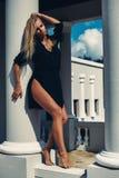 Retrato da alta-costura da mulher elegante no vestido preto exterior imagens de stock royalty free