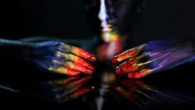Retrato da arte corporal de uma menina de incandescência de pele escura com composição da cor video estoque