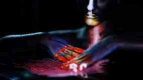 Retrato da arte corporal de uma menina de incandescência de pele escura com composição da cor vídeos de arquivo