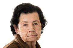 Retrato da avó que olha nostálgico em foto de stock
