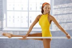 Retrato da bailarina afro atrativa foto de stock