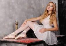 Retrato da bailarina bonita que que levanta contra o backgr escuro Imagem de Stock Royalty Free