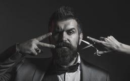 Retrato da barba à moda do homem Homem farpado, homem farpado Tesouras do barbeiro, barbearia Barbeiro do vintage, barbeando imagens de stock royalty free