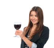 Retrato da bebida do álcool do vinho tinto da amostra do gosto da jovem mulher fotos de stock royalty free