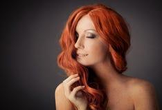 Retrato da beleza. Cabelo Curly. Isolado fotografia de stock royalty free
