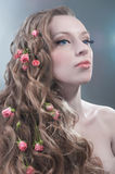 Retrato da beleza com as rosas vermelhas no cabelo foto de stock