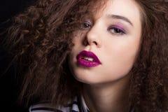 Retrato da beleza da forma com cabelo curto preto Fim da cara da menina bonita acima O corte de cabelo O penteado franja Fotografia de Stock Royalty Free