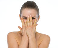 Retrato da beleza da jovem mulher que esconde atrás das mãos Foto de Stock
