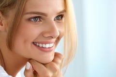 Retrato da beleza da mulher com sorriso bonito da cara fresca do sorriso Imagem de Stock