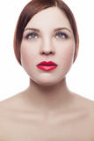 Retrato da beleza da mulher fresca alegre bonita (30-40 anos) com bordos vermelhos e penteado marrom Isolado no fundo branco Fotos de Stock Royalty Free