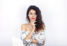 Retrato da beleza da mulher moreno de vista fresca adorável nova com o ombro desencapado saudável do cabelo encaracolado que toca Fotos de Stock Royalty Free