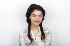 Retrato da beleza da mulher moreno de vista fresca de sorriso dos jovens com cabelo trançado encaracolado saudável marrom longo E Fotografia de Stock Royalty Free