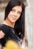 Retrato da beleza da mulher moreno nova de sorriso de cabelos compridos fotografia de stock