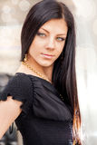 Retrato da beleza da mulher moreno nova de sorriso de cabelos compridos imagens de stock royalty free