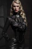 Retrato da beleza da mulher na roupa militar fotografia de stock