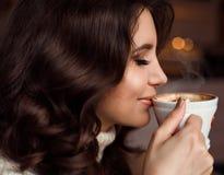 Retrato da beleza de um café bebendo da mulher O conceito do café delicioso, cappuccino, mochaccino, mocha espantar-se fotografia de stock